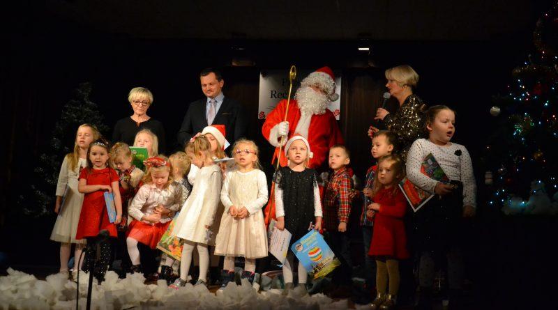 Dzieci wraz z Mikołajem na scenie OK w Zawidowie