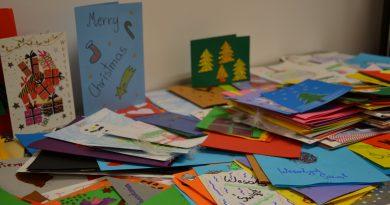 Zbiór kartek świątecznych ułożony na stole