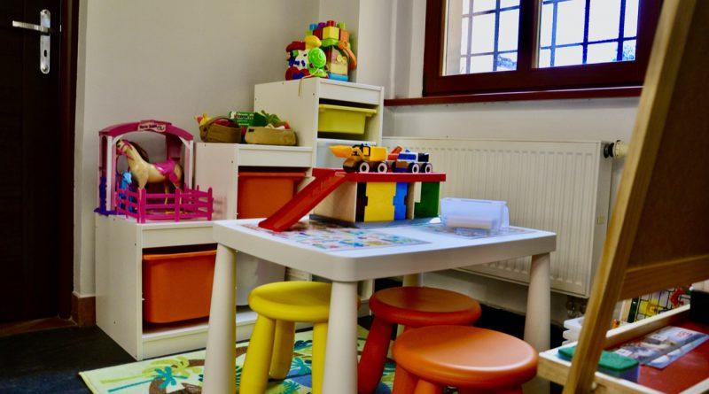Stolik, krzesełka i zabawki dla dzieci