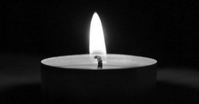 Płonący znicz na czarno-białym tle
