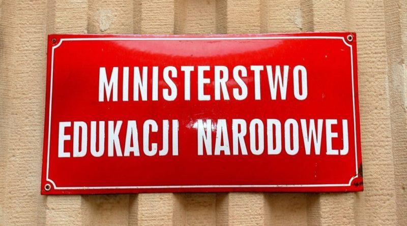 Czerowna tabliczka Ministerstwa Edukacji Narodowej