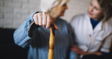 Starsza kobieta rozmawiające z pielęgniarką