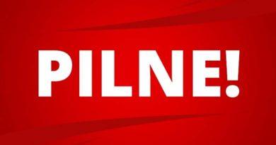 czerwony baner z napisem PILNE