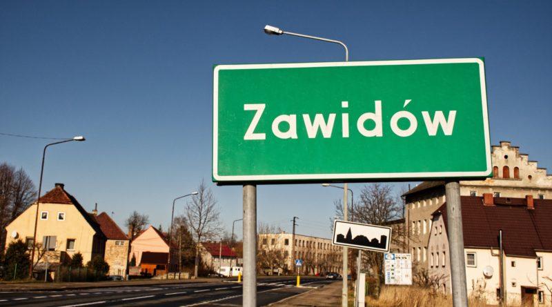 Granica państwa i znak z nazwą miejscowości