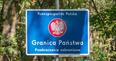 Zdjęcie znaku z napisem Rzeczpospolita Polska , Granica Państwa. Przekraczanie zabronione