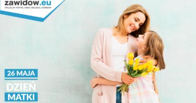 Matka z córką na jasnoniebieskim tle