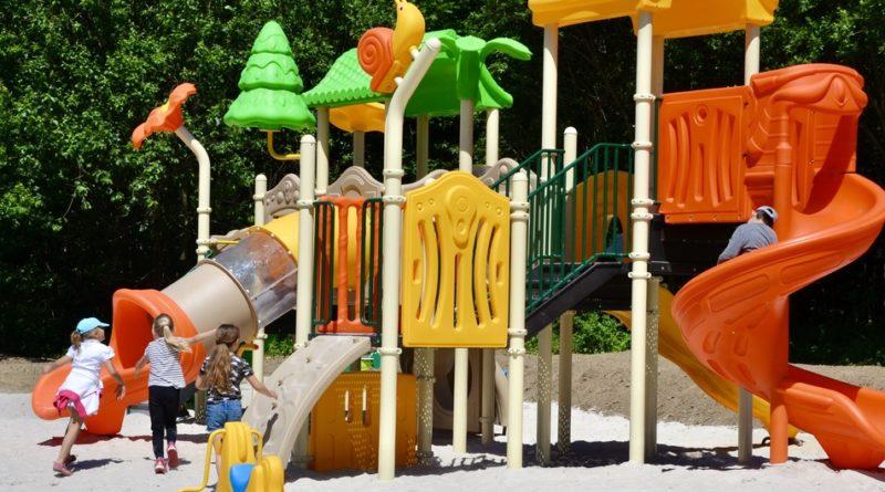 Dzieci bawiące się na placu zabaw.