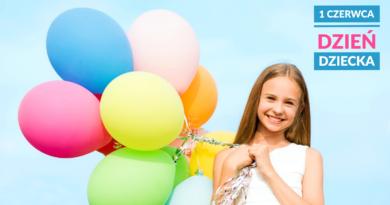 dziewczynka z balonami na błękitnym tle