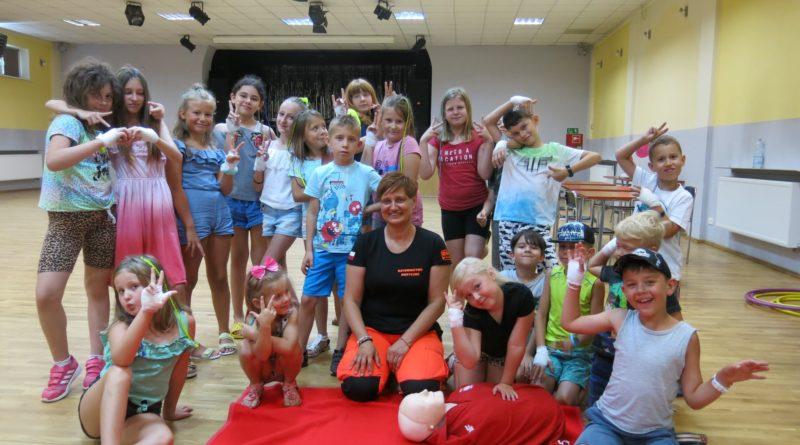 Dzieci na zajęciach z pierwszej pomocy