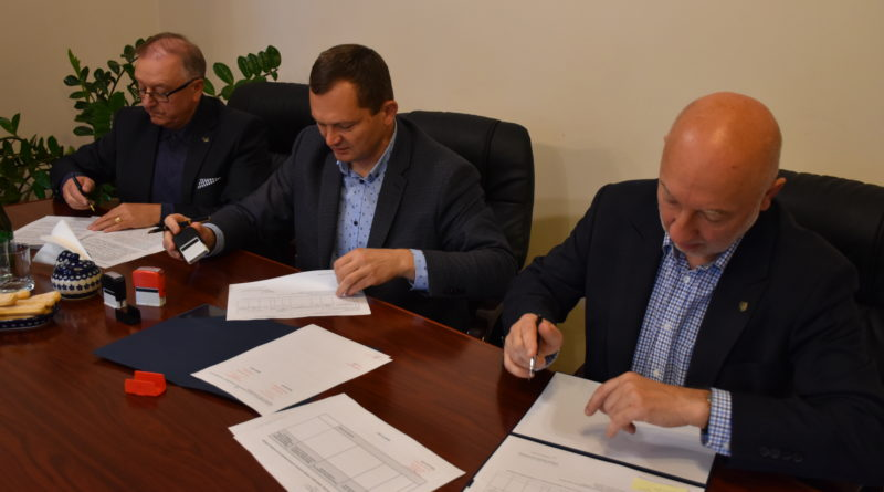 Samorządowcy podpisujący umowę