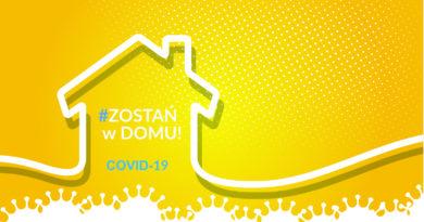 """Uproszczona grafika domu na żółtym tle z napisem """"zostań w domu"""". COVID-19"""