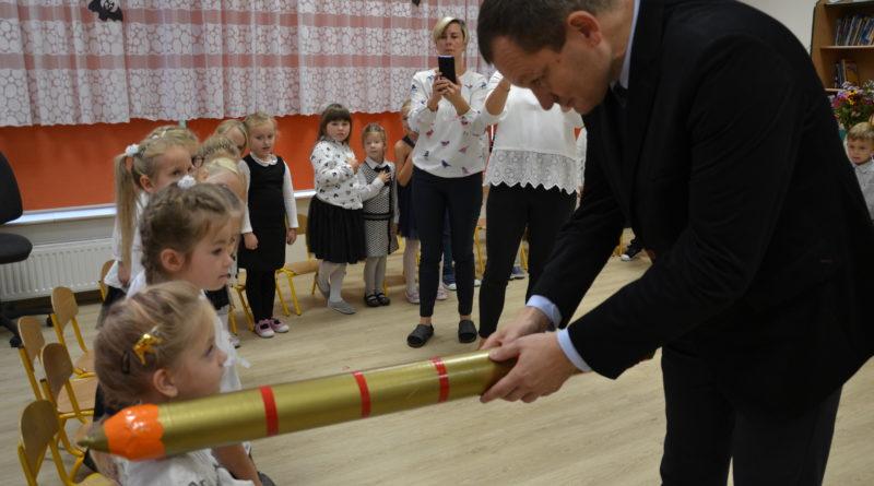 burmistrz na uroczystości przedszkolnej