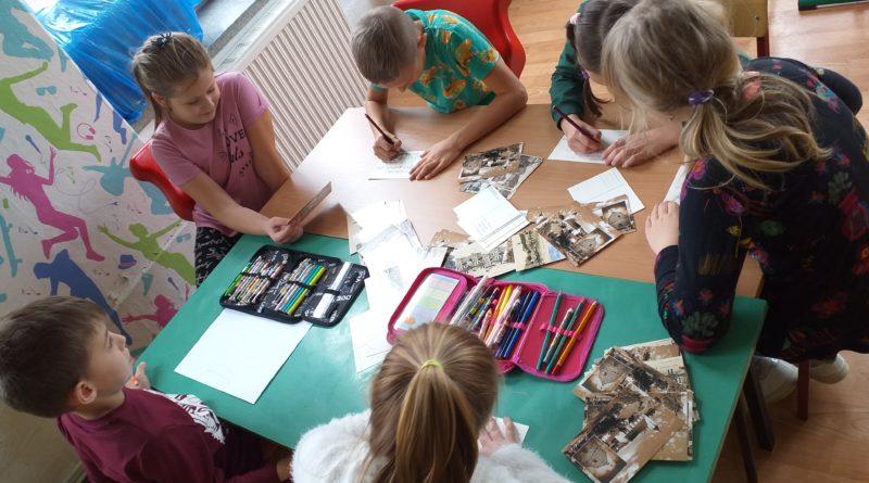 dzieci z SP wysyłający pocztówki