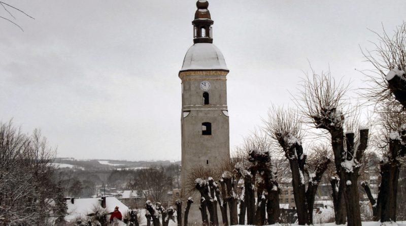wieża kościoła ewangelickie w zimowej scenerii