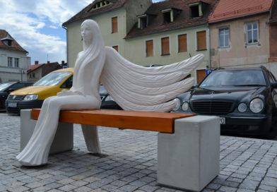 rzeźba anioła siedząca na Rynku w Zawidowie
