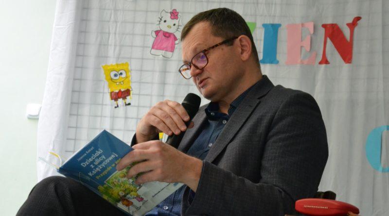 burmistrz miasta, czytający dzieciom
