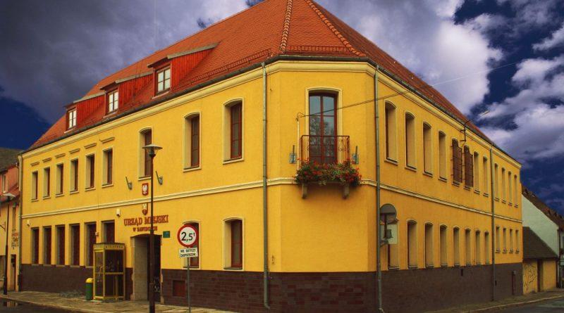 Budynek urzędu oraz mops