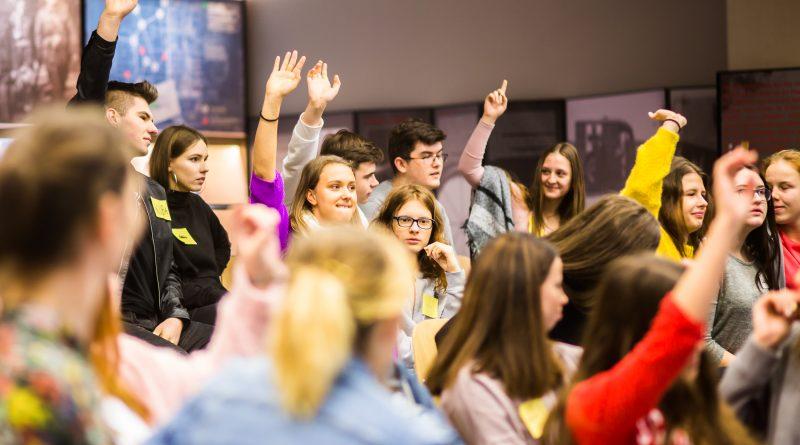 Młodzi ludzie na zdjęciu, przebywający na warsztatach