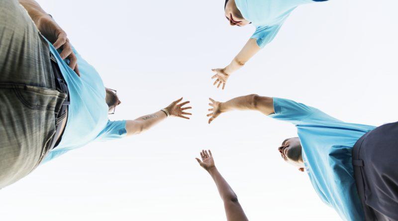 Grupa wolontariuszy w niebieski w koszulkach
