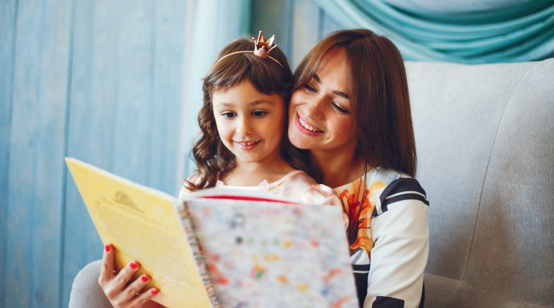 Matka z córką czytaj bajki