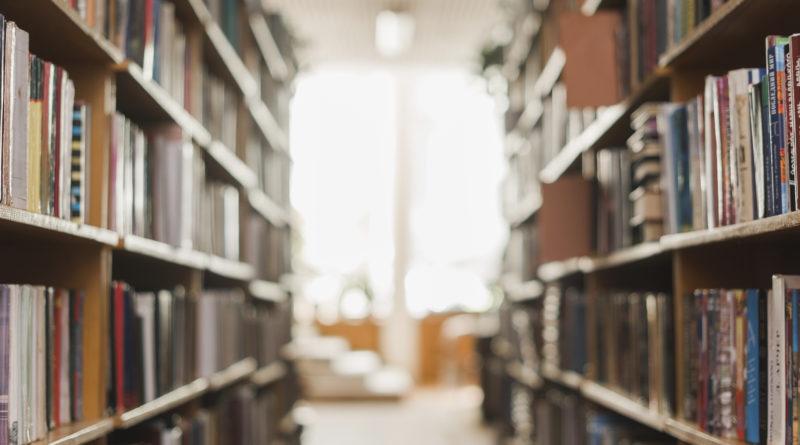 Regały z książkami na zblurowanym tle