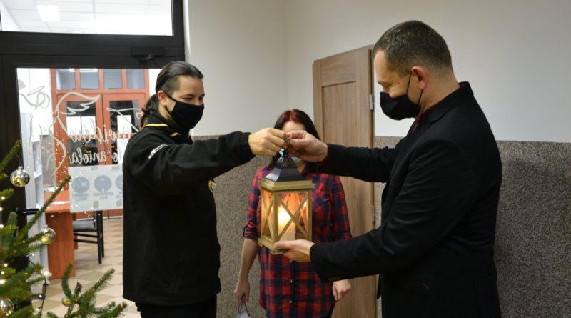 Harcerze przekazujący światełko