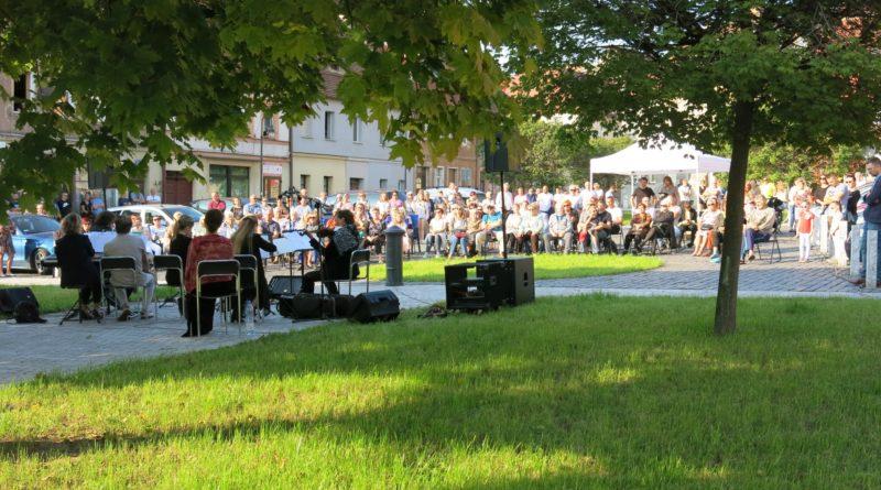 muzycy i mieszkańcy na miejskiej starówce